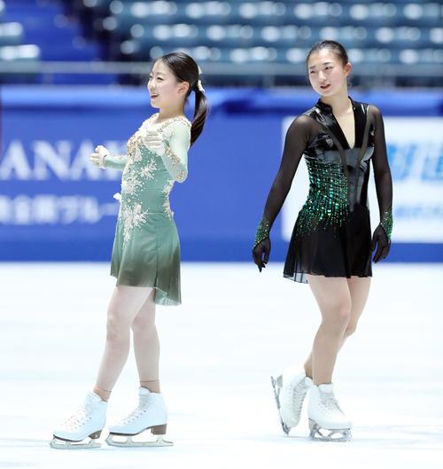 全日本フィギュアスケート選手権公式練習を終え笑顔で言葉を交わす紀平(左)と坂本(撮影・垰建太)