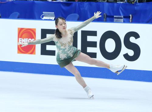 全日本フィギュアスケート選手権公式練習でジャンプを決め着氷する紀平(撮影・垰建太)