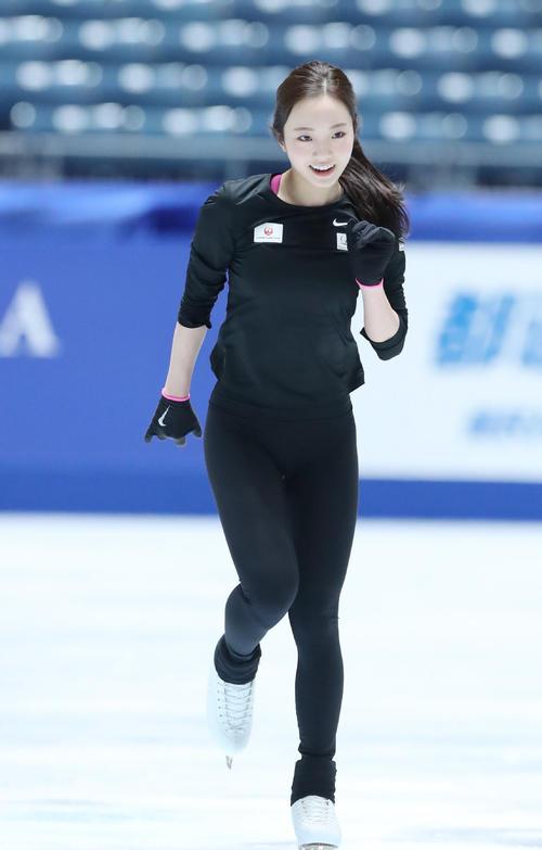 全日本フィギュアスケート選手権公式練習で演技の確認をする本田(撮影・垰建太)