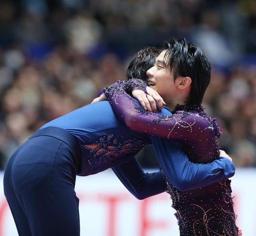 表彰式で優勝した宇野(左)と抱き合う2位の羽生(撮影・垰建太)