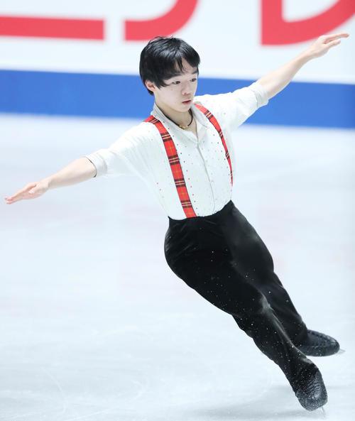 全日本フィギュアスケート選手権公式練習で演技の確認を行う鍵山(撮影・垰建太)