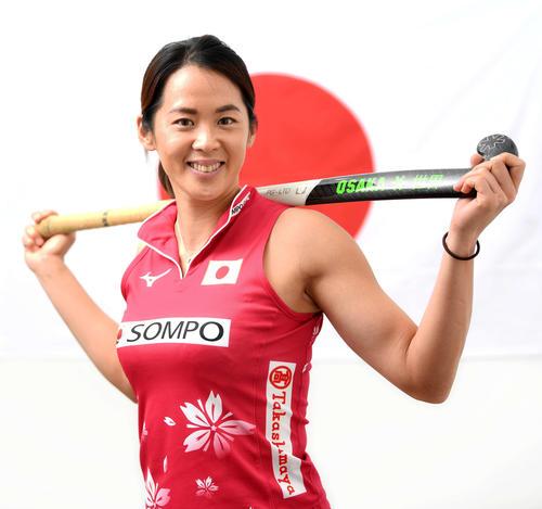 日の丸を背に笑顔を見せる女子ホッケー日本代表の小野真由美(撮影・横山健太)