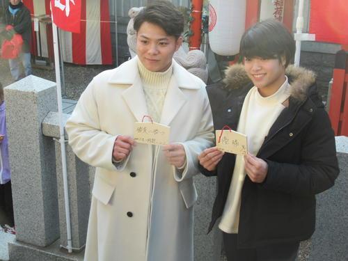 初詣で絵馬を奉納する柔道の阿部一二三(左)と詩きょうだい(撮影・実藤健一)