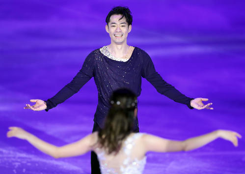 息のあったアイスダンスを披露する高橋(奥)と村元(撮影・浅見桂子)