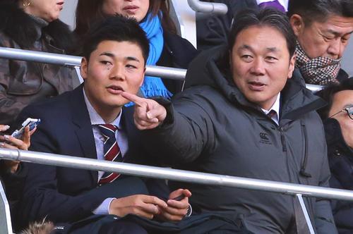 明大対早大 観戦に訪れた日本ハム清宮(左)と父克幸氏(撮影・大野祥一)