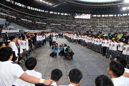 明大対早大 11年ぶり16回目の大学日本一に輝き、表彰式後に「荒ぶる」を歌う早大の選手たち(撮影・狩俣裕三)