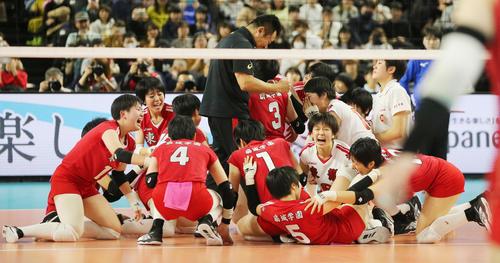 女子で優勝し喜ぶ東九州龍谷の選手たち(撮影・野上伸悟)