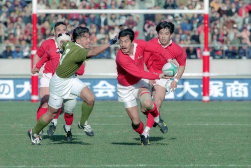95年のラグビー日本選手権 華麗なステップでパスを出す神戸製鋼SO平尾誠二(1995年1月15日撮影)