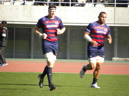 11日、試合前に体を温める近鉄のトンプソン・ルーク(左)(撮影・松本航)