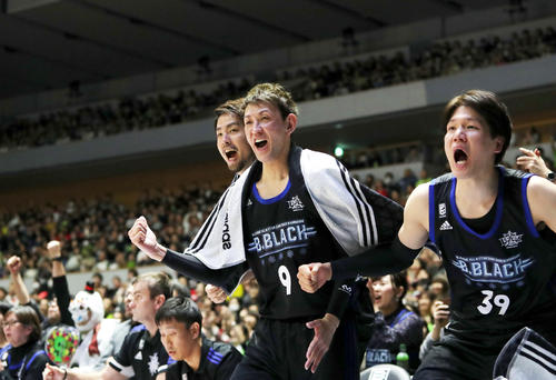 第4Q、チームメートの得点に喜ぶレバンガ北海道折茂(中央)(撮影・佐藤翔太)