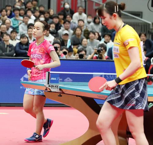 女子シングルス準決勝 第6セット、伊藤の放ったボールがテーブル上を通り越して落下し敗戦が決まる、右は早田(撮影・加藤哉)