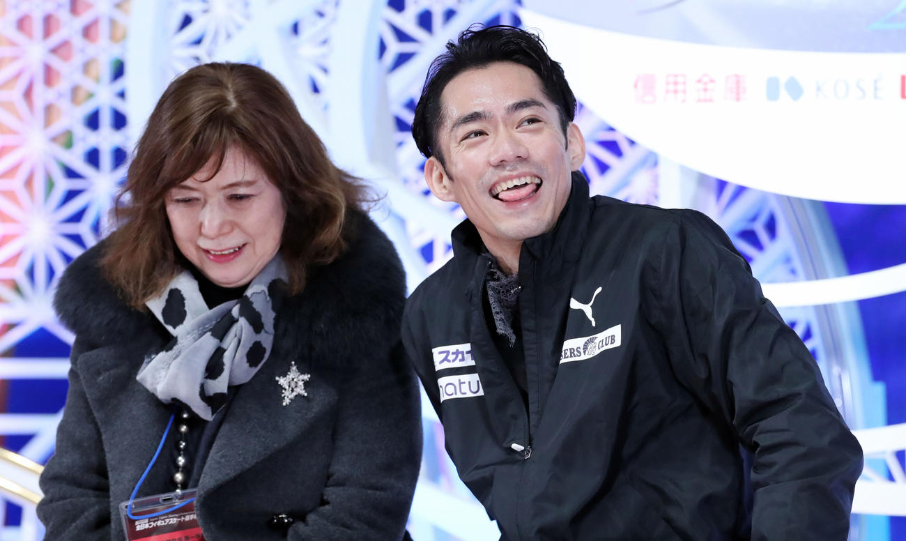 フィギュアスケート全日本選手権 最終日・男子フリー 男子フリーの演技を終えキスアンドクライで舌を出し笑顔で自身の演技を見直す高橋大輔(右)。左は長光歌子コーチ(2019年12月22日撮影)