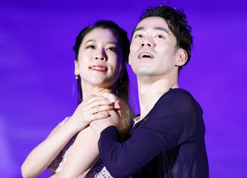 アイスショーで息のあったアイスダンスを披露する村元哉中(左)と高橋大輔(2020年1月10日撮影)