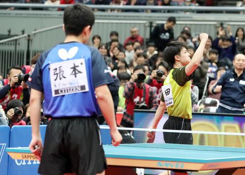 男子シングルス決勝 宇田が張本(左)に勝利して優勝を決めガッツポーズを見せる(撮影・加藤哉)