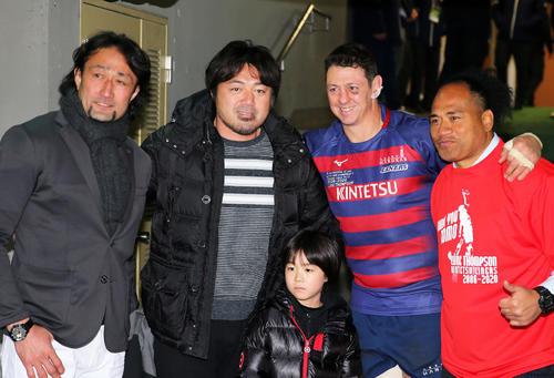 試合後、写真に納まる、左から大野、箕内氏、近鉄ロックのトンプソン、タウファ氏(撮影・大野祥一)
