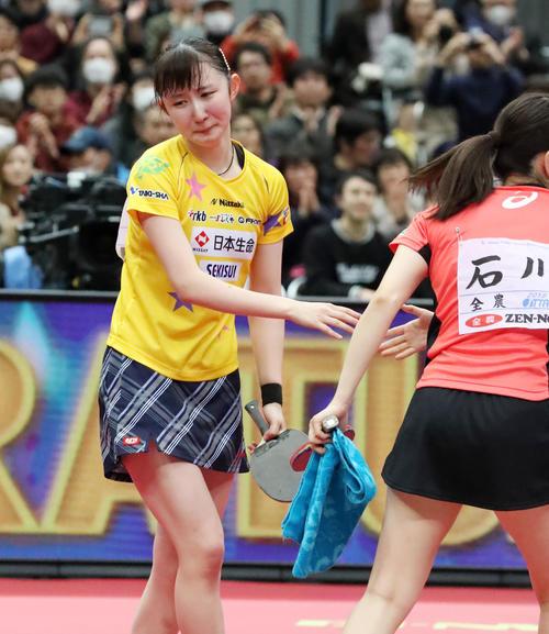 女子シングルス決勝 優勝を決めた早田は石川(右)と握手する(撮影・加藤哉)