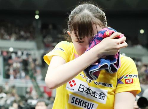 女子シングルスで初優勝し、号泣する早田(撮影・加藤哉)