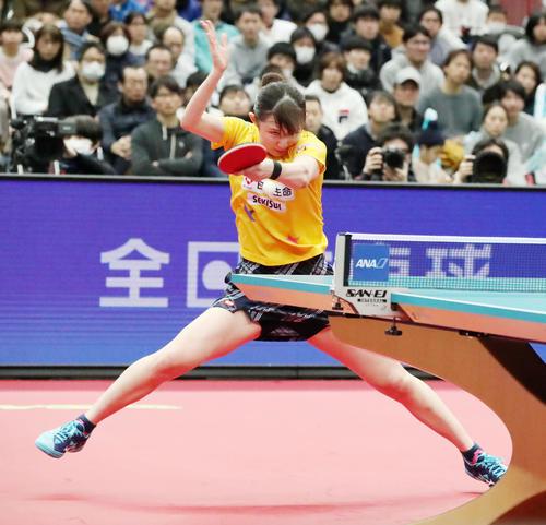 女子シングルス準決勝 第6セット、懸命にボールに食らいついて打ち返す早田(撮影・加藤哉)
