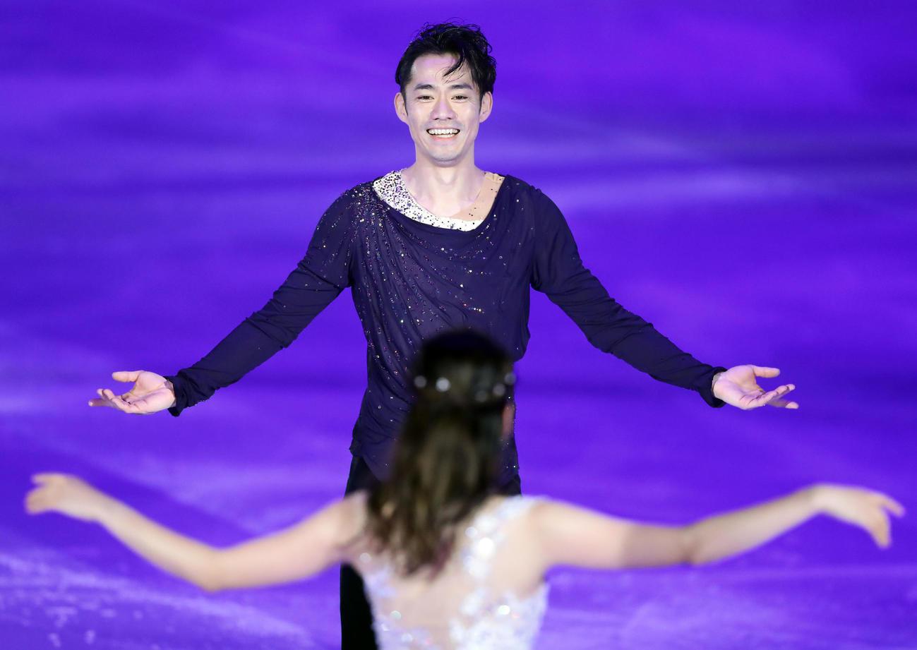 2020年1月10日、息のあったアイスダンスを披露する高橋(奥)と村元(撮影・浅見桂子)