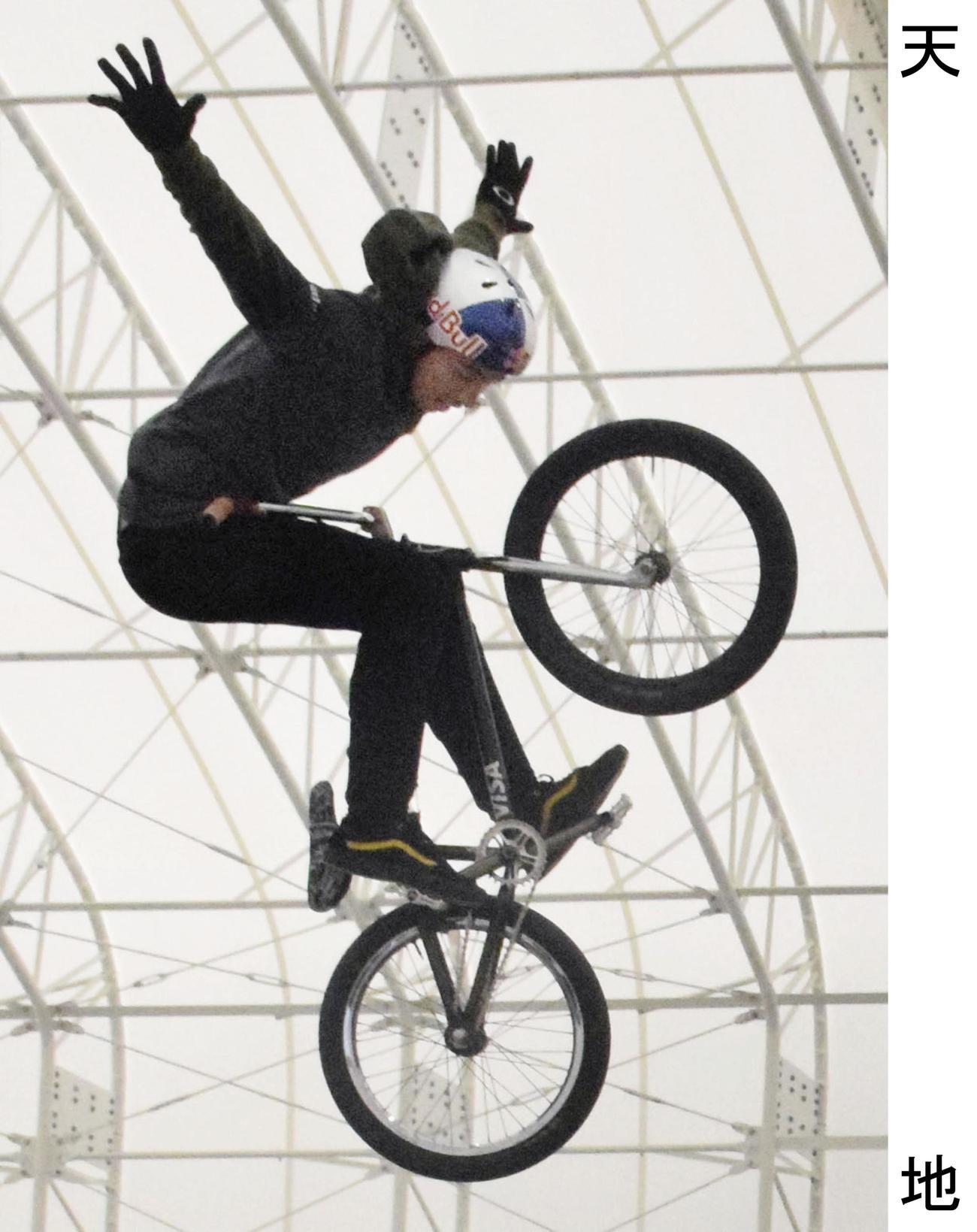 新設されたパークで練習する自転車BMXフリースタイル・パーク男子の中村輪夢(共同)