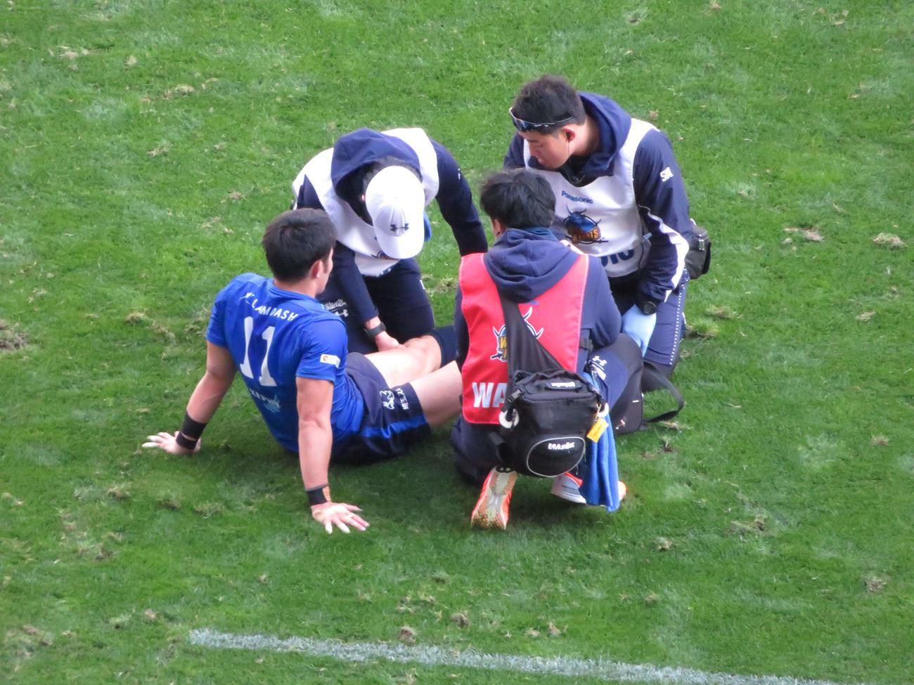 18日、トヨタ自動車戦で左足を負傷して治療を受けるパナソニック福岡(左)