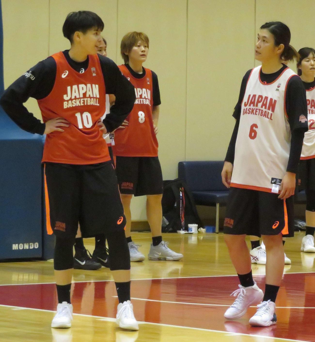 練習中に渡嘉敷(左)と話す大崎佑圭