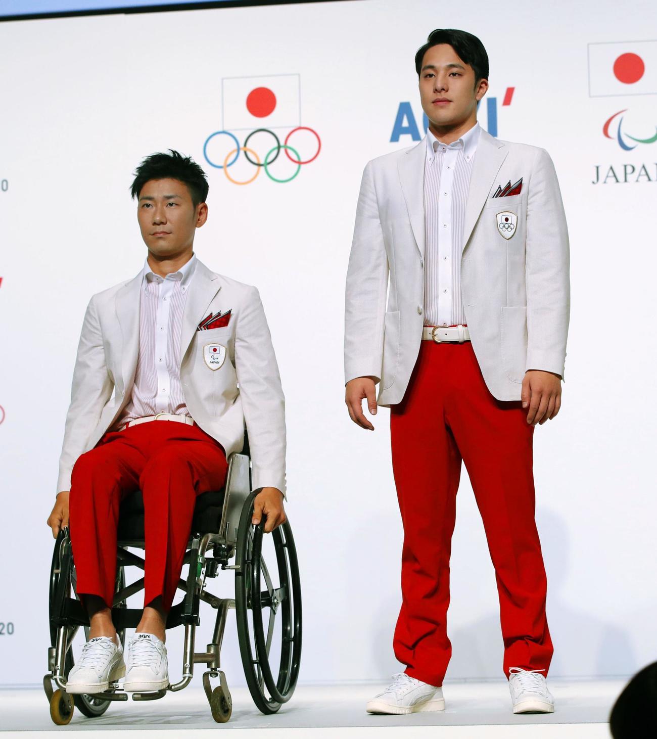 東京オリンピック(五輪)・パラリンピックの開会式用の公式服装に身を包み登場した競泳の瀬戸大也選手(右)とパラ・アーチェリーの上山友裕選手(共同)