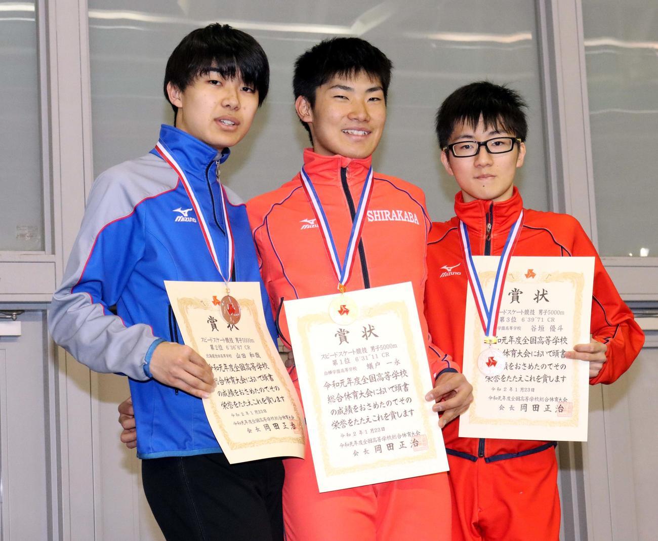 男子5000メートルを2連覇した白樺学園の蟻戸(中央)。左は2位の池田・山田、右は3位の白樺学園・谷垣(撮影・永野高輔)