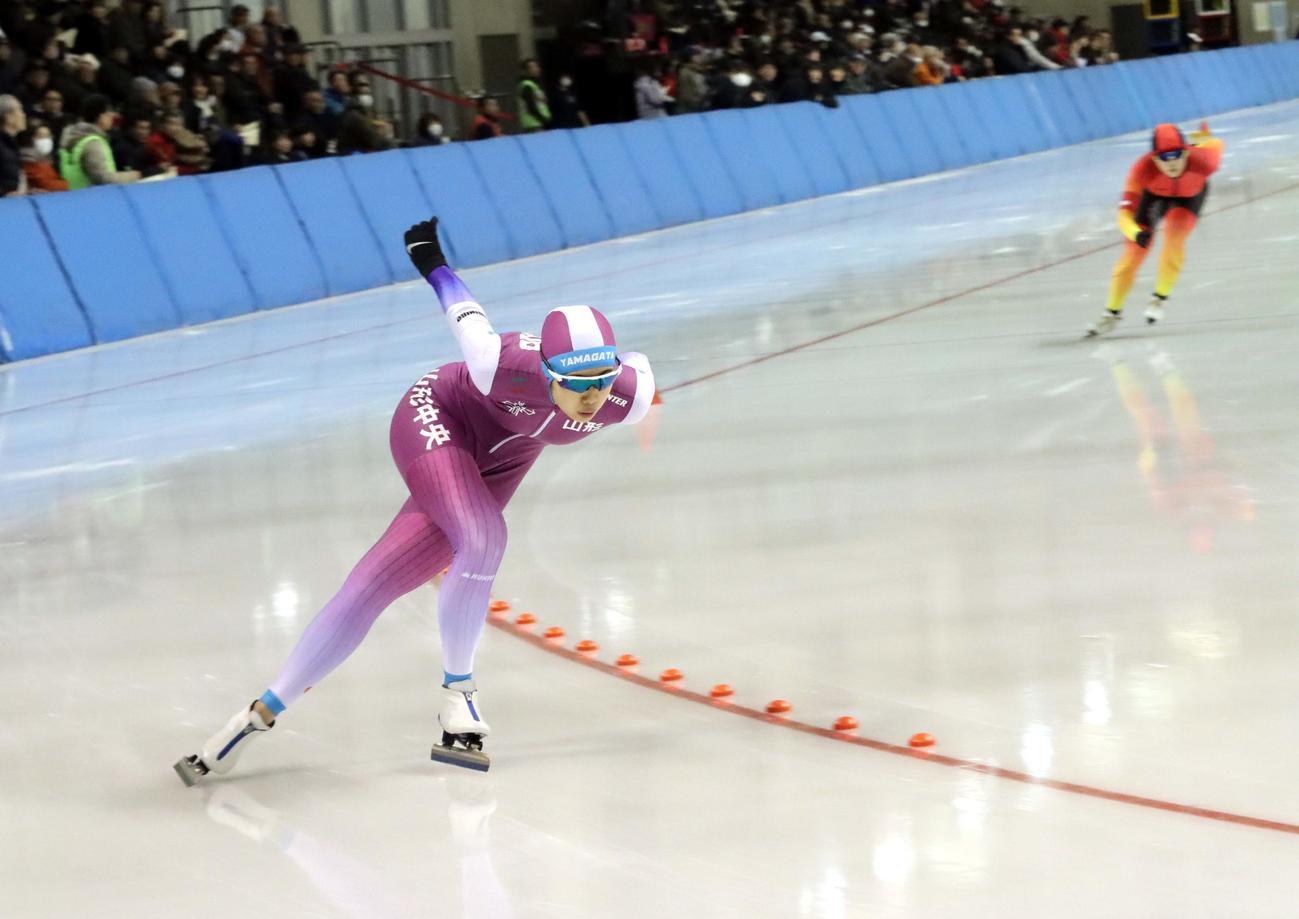 女子1000メートルで初優勝した真野の滑り(撮影・永野高輔)