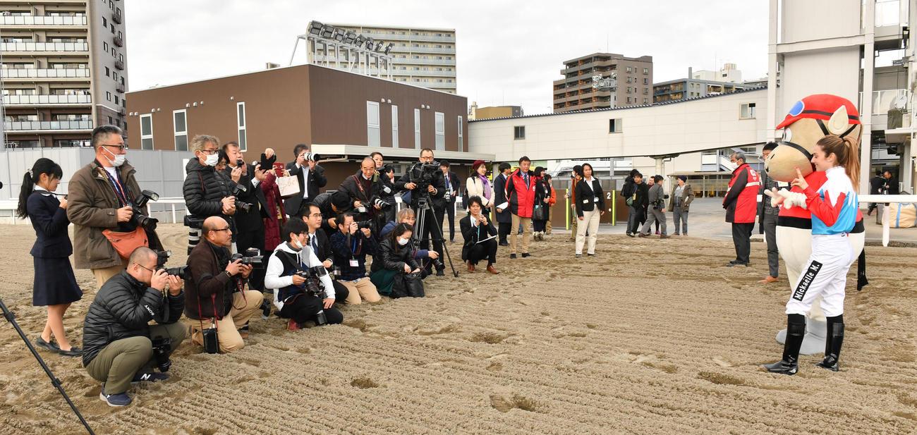 川崎競馬場のコースでミカエル・ミシェル騎手は大勢の報道陣に囲まれる(撮影・柴田隆二)