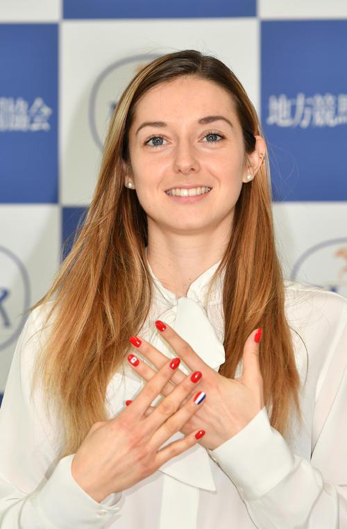 ミカエル・ミシェル騎手の両手の薬指には日本とフランスの国旗がネイルされている(撮影・柴田隆二)