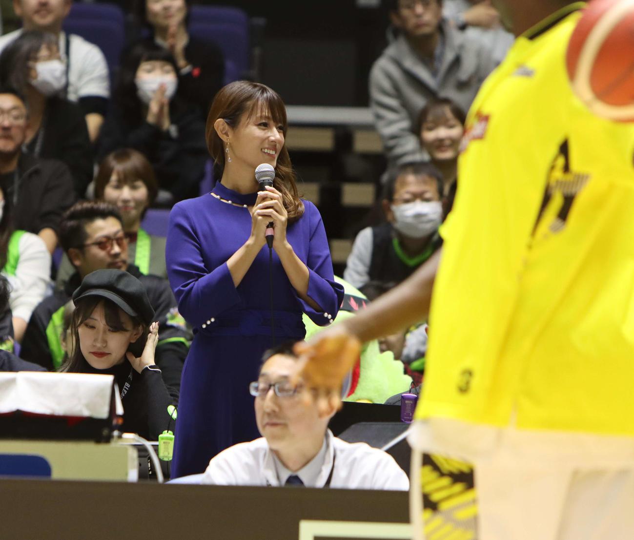 女優深田恭子がレバンガ北海道のホームゲームにゲストで登場(撮影・奥村昌治)