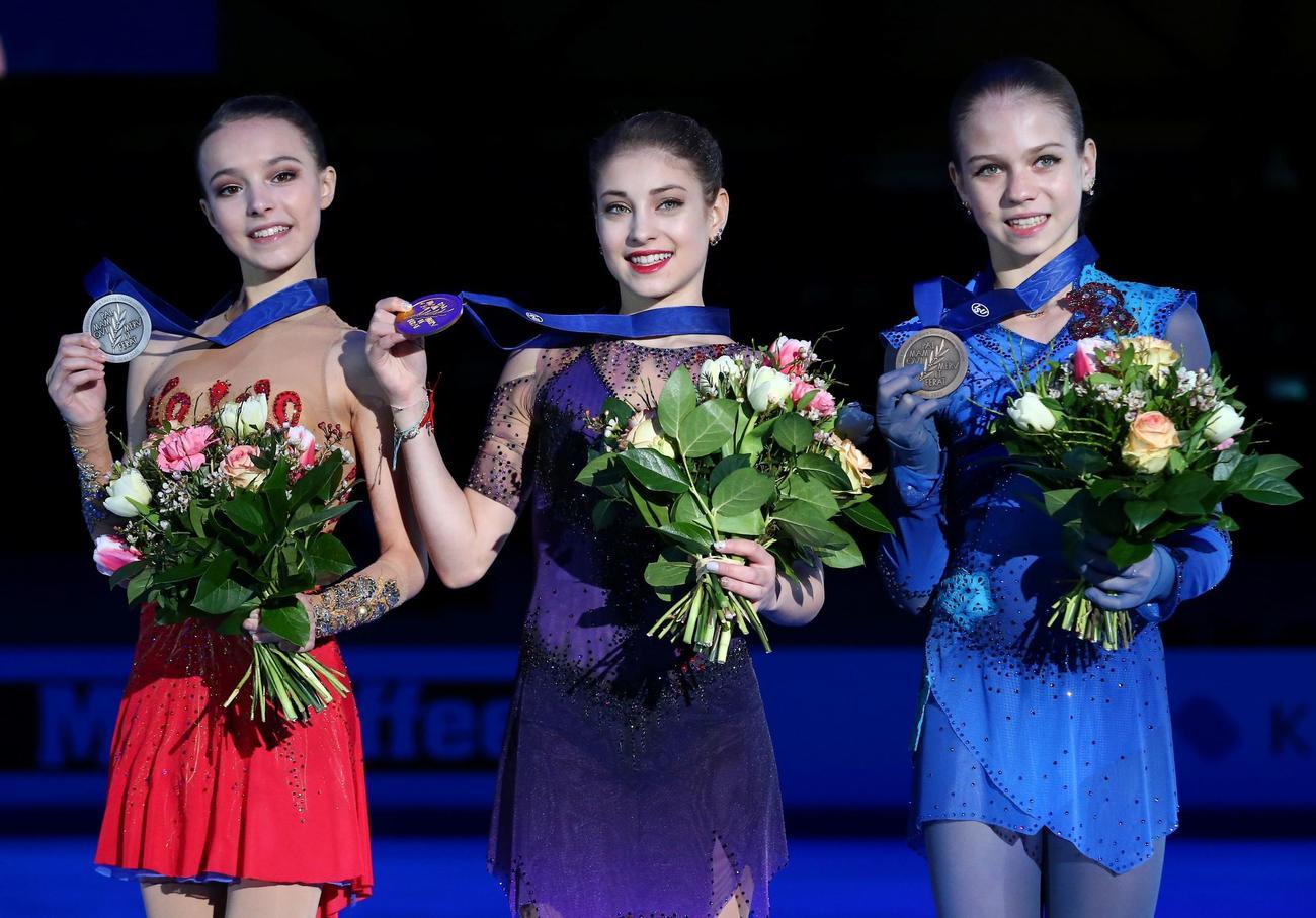 欧州選手権 左から 2位のシェルバコワ、優勝のコストルナヤ、3位のトルソワ(ロイター)