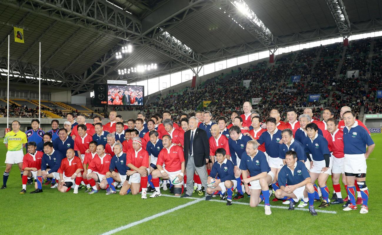 新日鉄釜石OB対神戸製鋼OB 試合前、笑顔で記念撮影を行う両チームの選手たち(撮影・前田充)