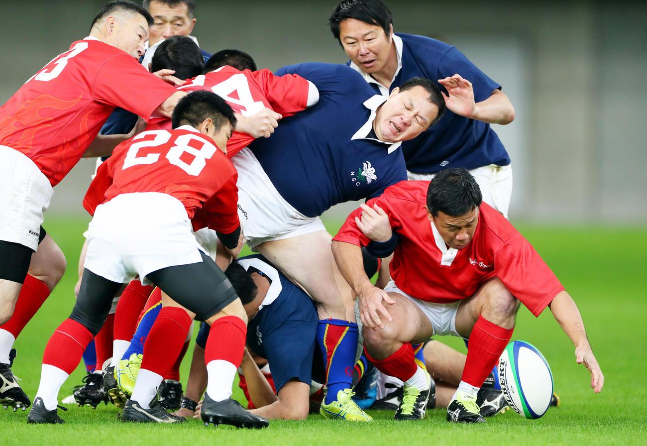 新日鉄釜石OB-神戸製鋼OBレジェンドマッチで激しくぶつかり合う両チームの選手たち(撮影・前田充)