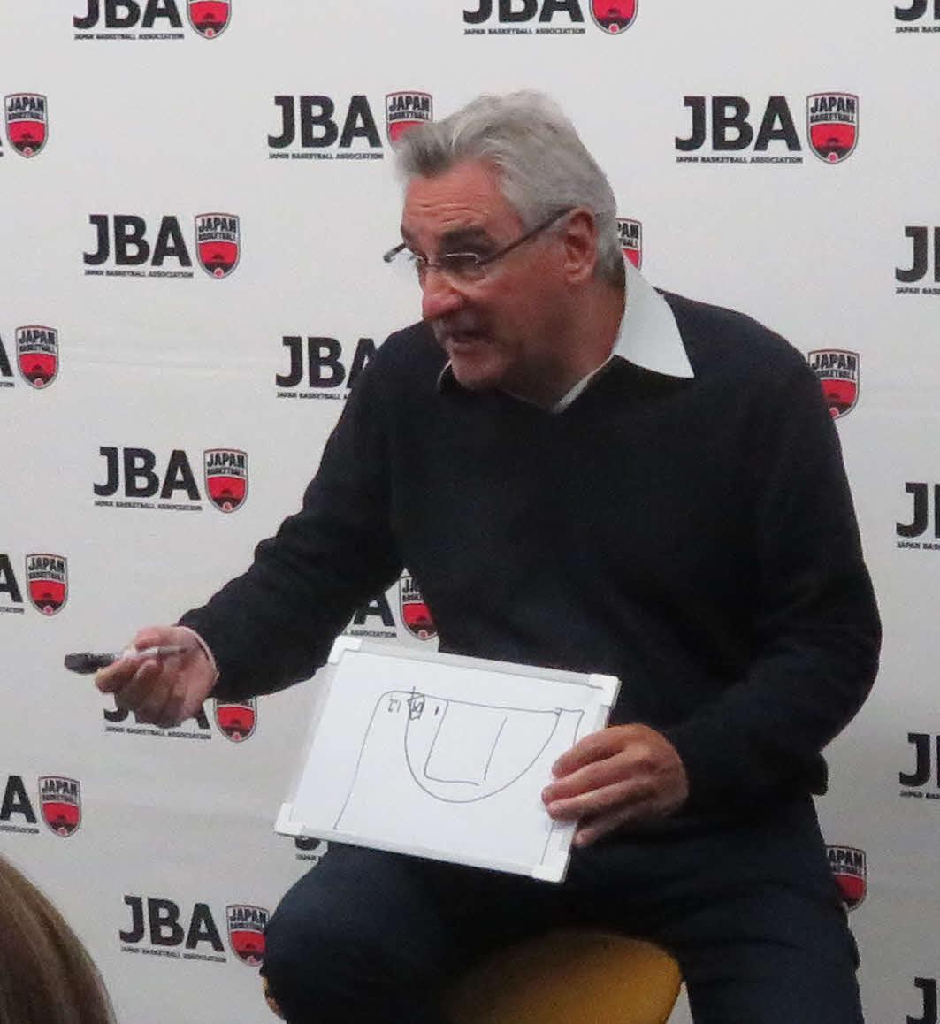 記者会見でシュート成功率について記者に説明する、バスケットボール男子日本代表フリオ・ラマス監督(撮影・松熊洋介)