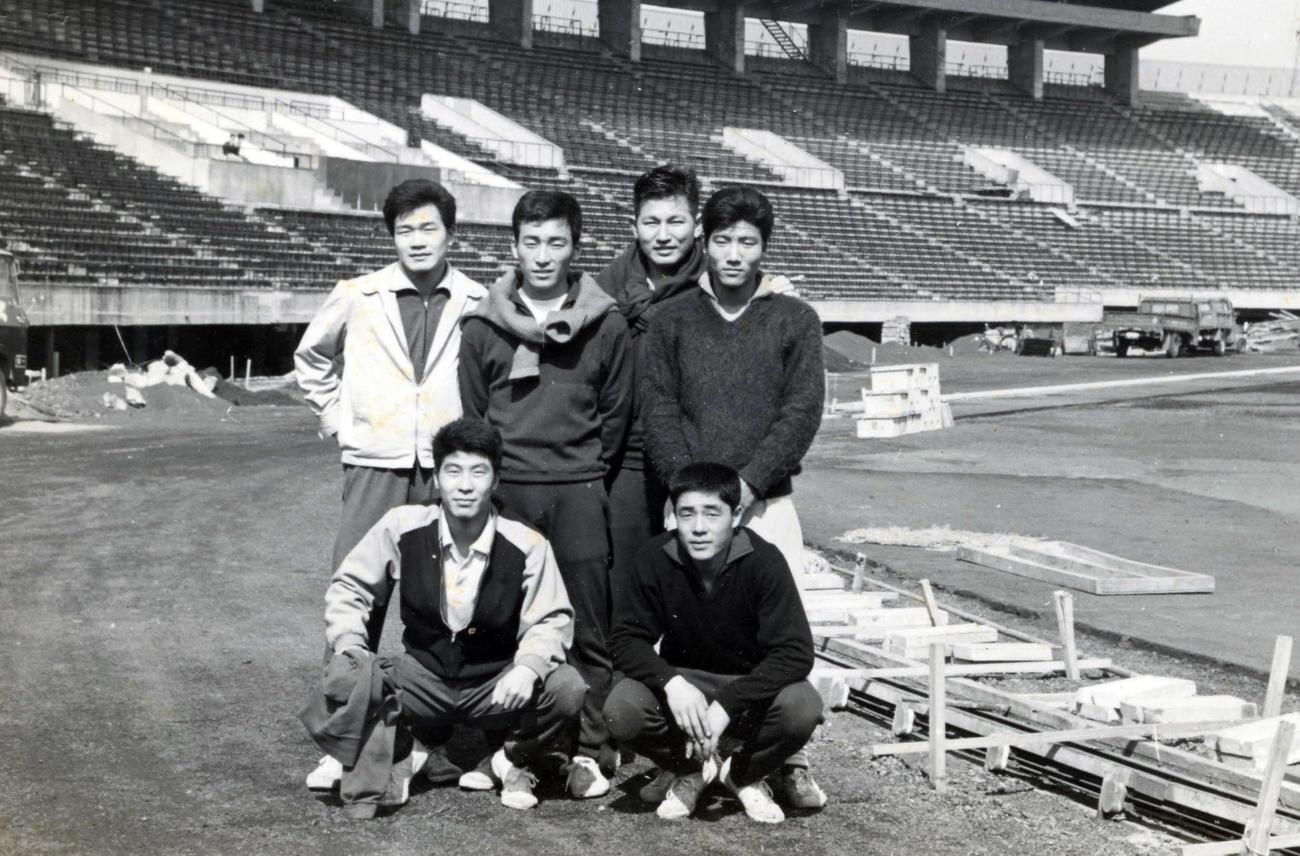 完成前年の国立競技場で撮影した64年東京五輪ホッケー日本代表のメンバー。前列左から岡部道夫、寺本崇、後列右から高島昭男、1人おいて木原征治、田中博司
