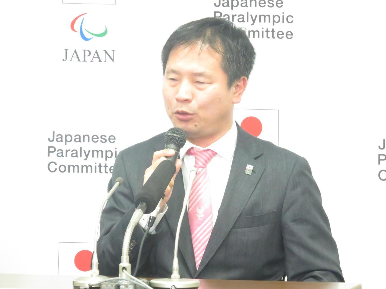 パラリンピック日本選手団長に就任した河合純一氏は会見で力強く抱負を語った(撮影・小堀泰男)