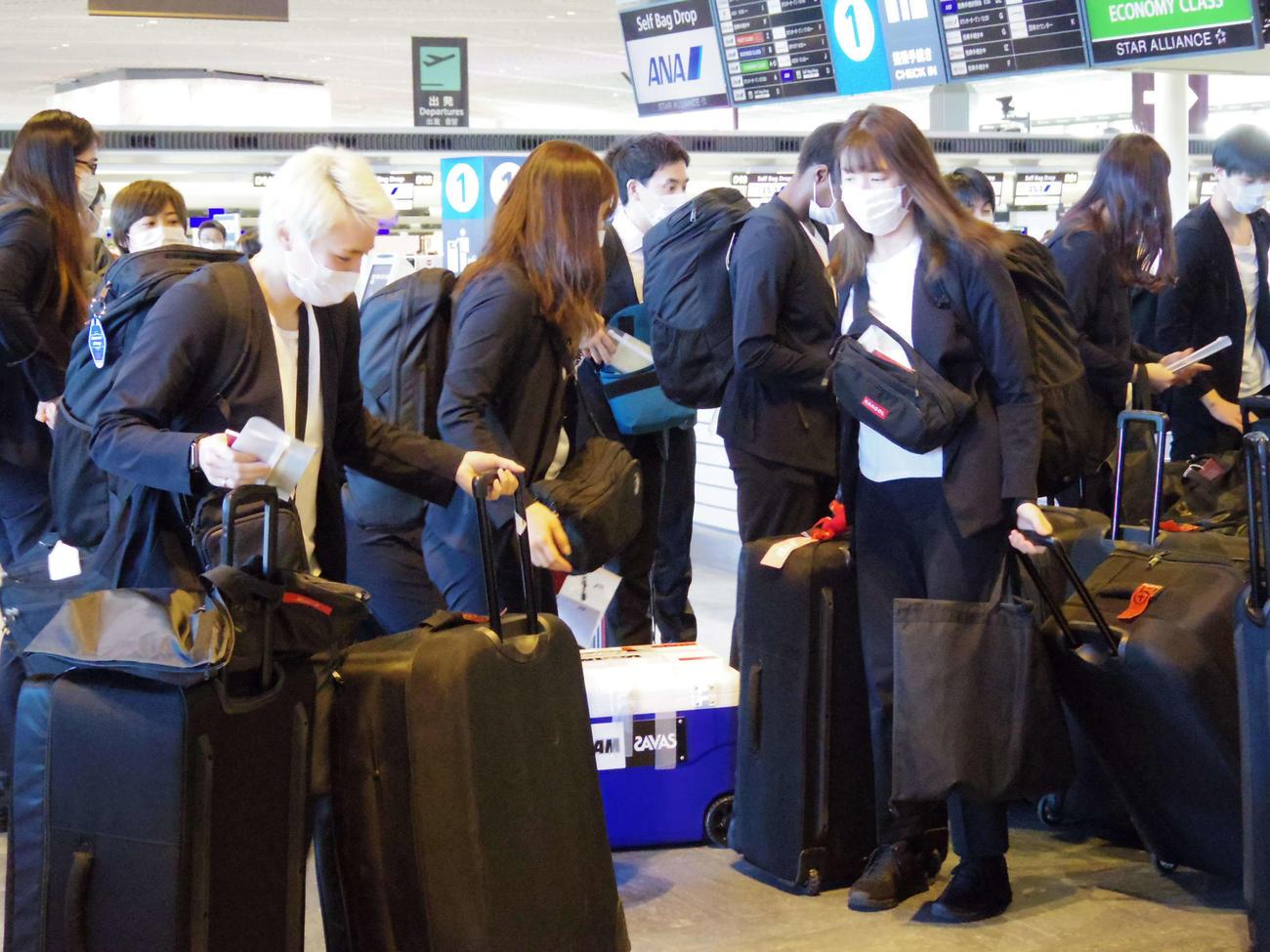 新型コロナウイルス対策として、マスクを徹底着用して成田空港で搭乗手続きを行った吉田(左手前)らバスケットボール女子日本代表チーム(撮影・奥岡幹浩)