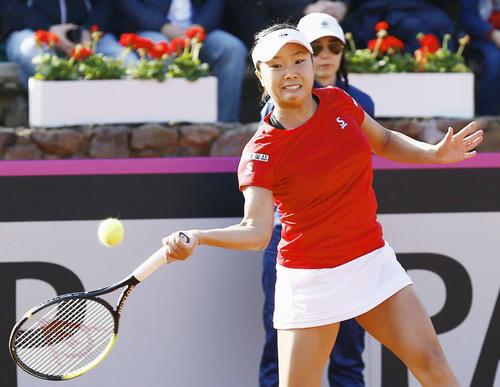 日本-スペイン最終日 シングルス第1試合でカルラ・スアレスナバロと対戦する奈良くるみ(共同)