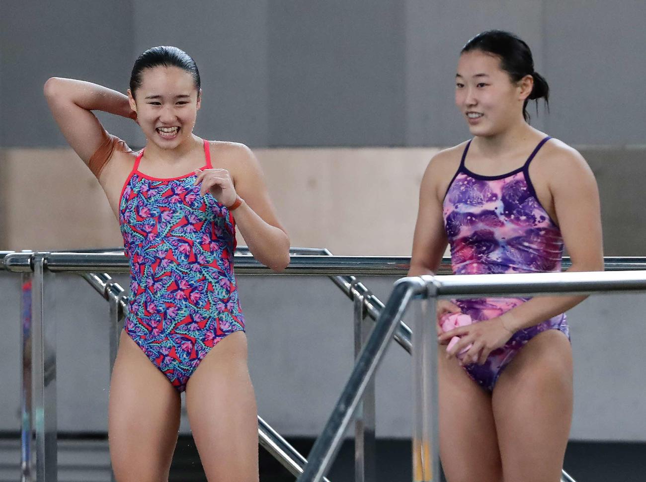 女子3メートル飛び板飛び込み準決勝 4位で決勝進出を決めて笑顔を見せる金戸凜(左)。右は三上(撮影・丹羽敏通)