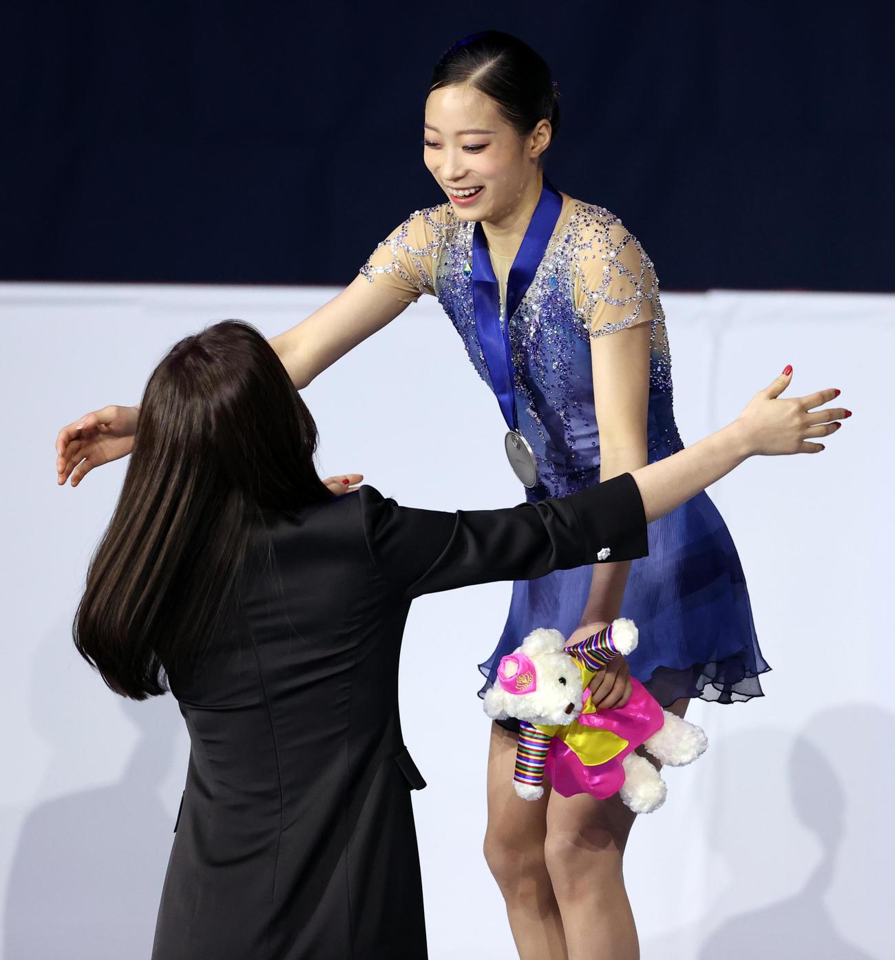 2位の劉永は、プレゼンターのキム・ヨナさんと笑顔で抱き合う(撮影・浅見桂子)