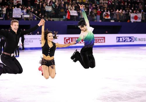 エキシビション後、場内のあいさつで羽生結弦(右)はアイスダンス優勝のマリソン・チョック(中央)とエバン・ベイツ(左)と共にジャンプする(撮影・浅見桂子)