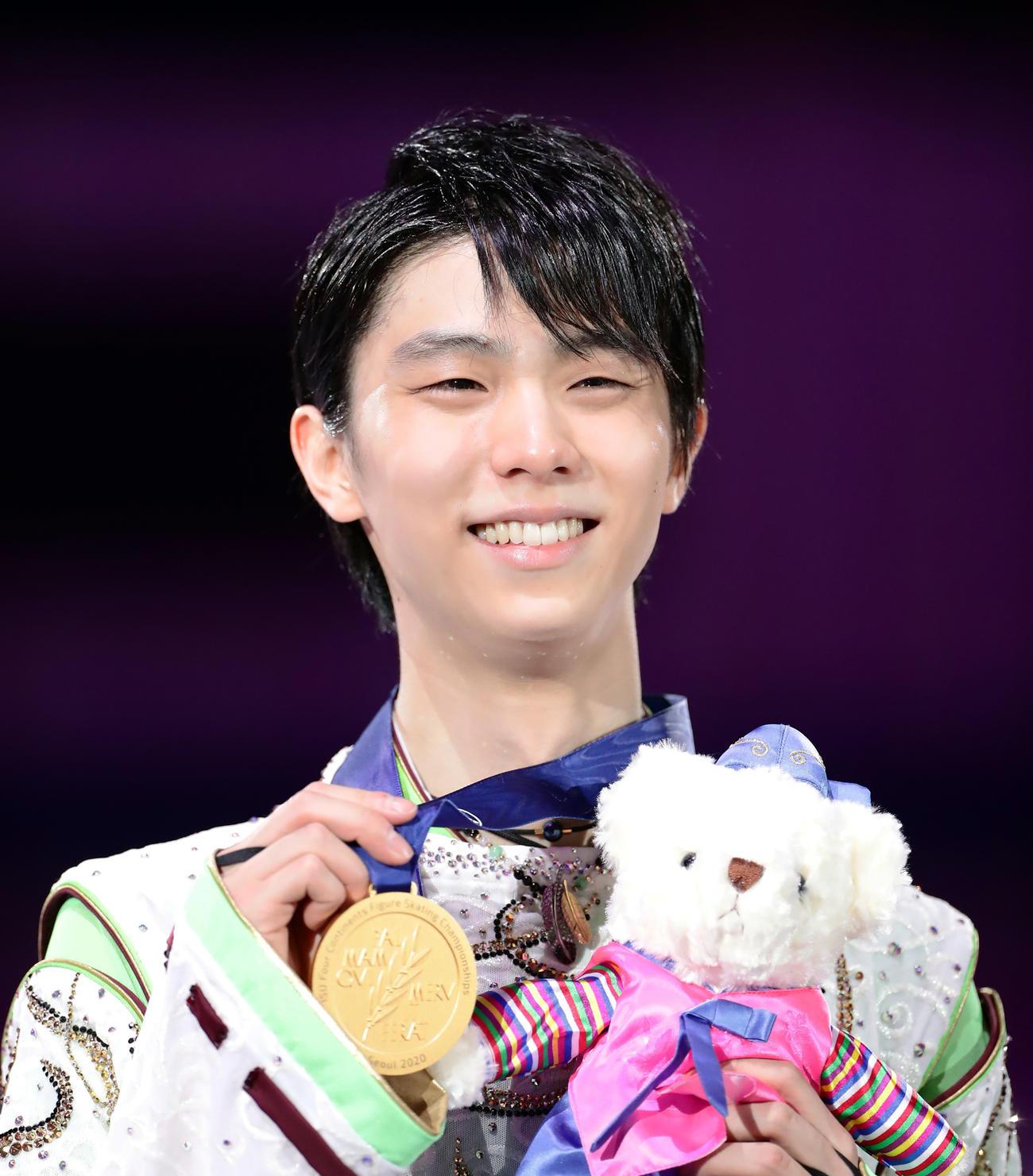 初優勝の羽生は金メダルを手に笑顔(撮影・浅見桂子)