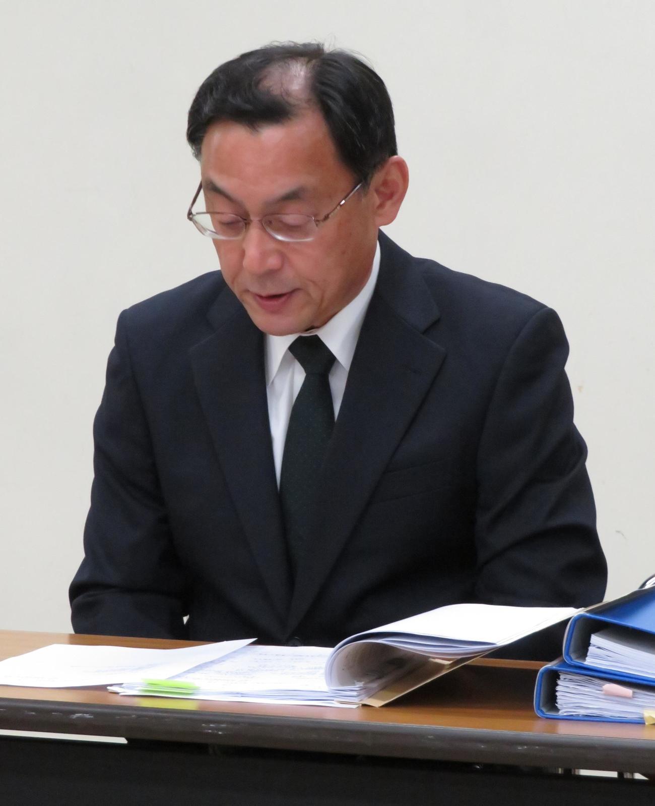 全柔連の臨時理事会後、記者会見を行う吉田行宏事務局長(撮影・峯岸佑樹)