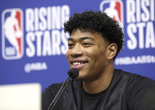 米国選抜の若手と対戦する「ライジング・スターズ」を前に、笑顔で取材に応じる世界選抜の八村(共同)