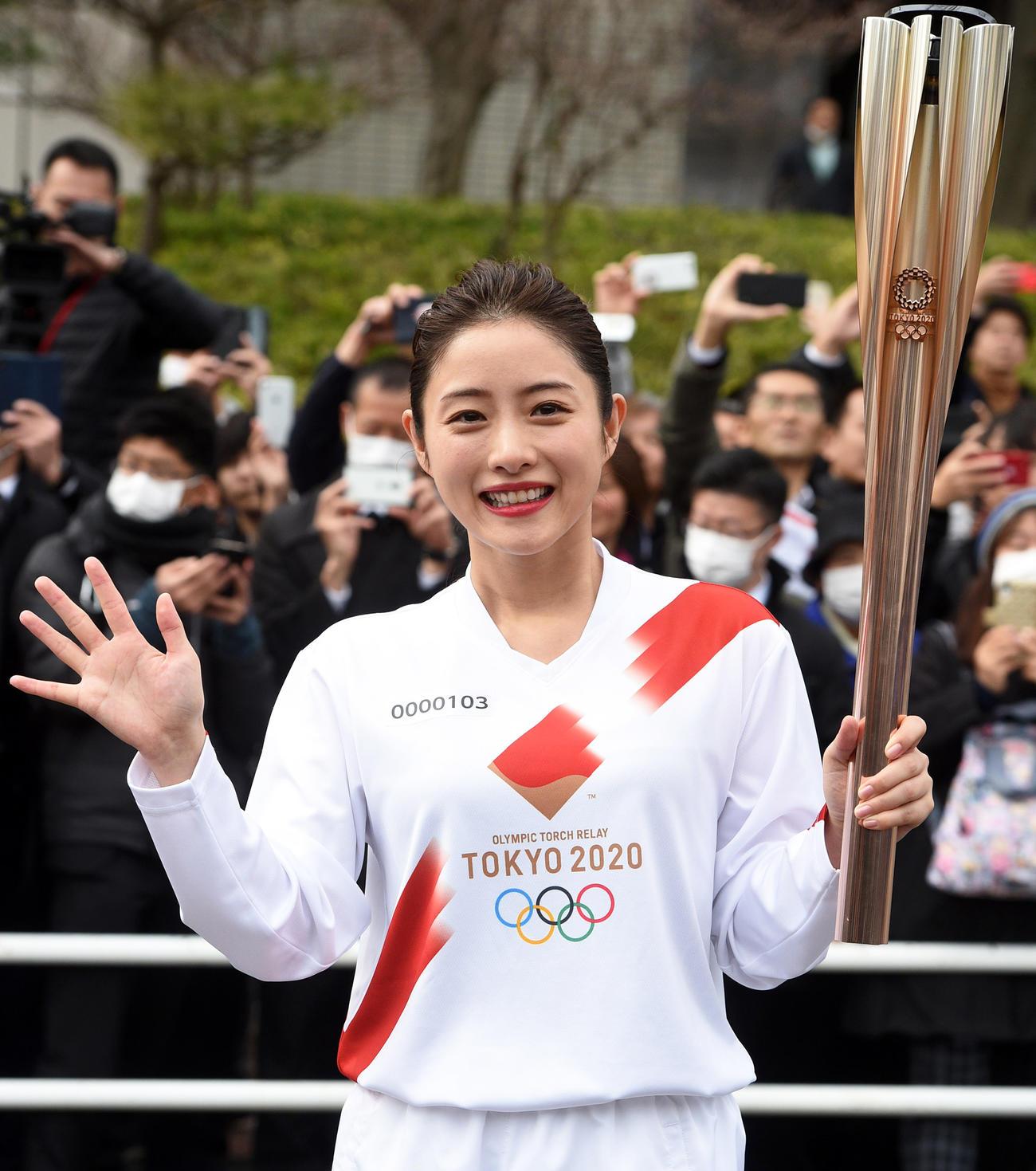東京五輪の聖火リレーのリハーサルで沿道の人に手を振る石原さとみ(撮影・柴田隆二)