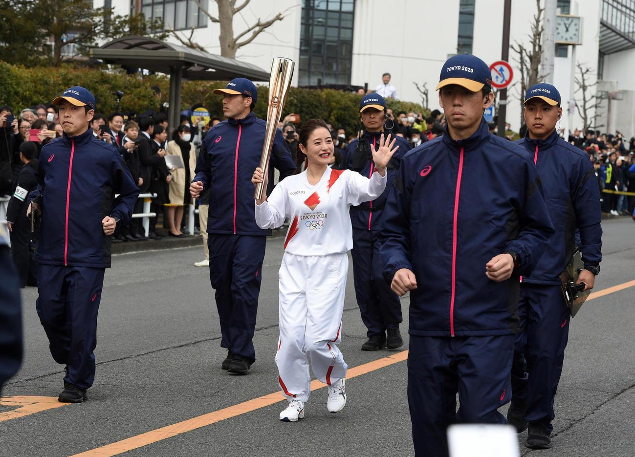 大勢の警備員にガードされて東京五輪の聖火リレーのリハーサルをする石原さとみ(撮影・柴田隆二)