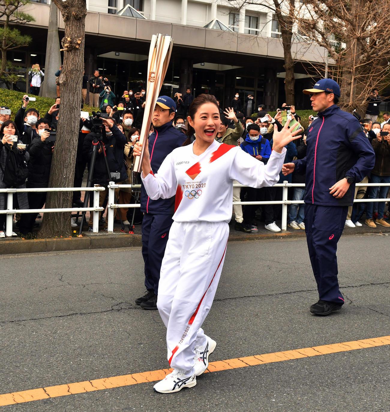 東京五輪の聖火リレーのリハーサルをする石原さとみ(撮影・柴田隆二)