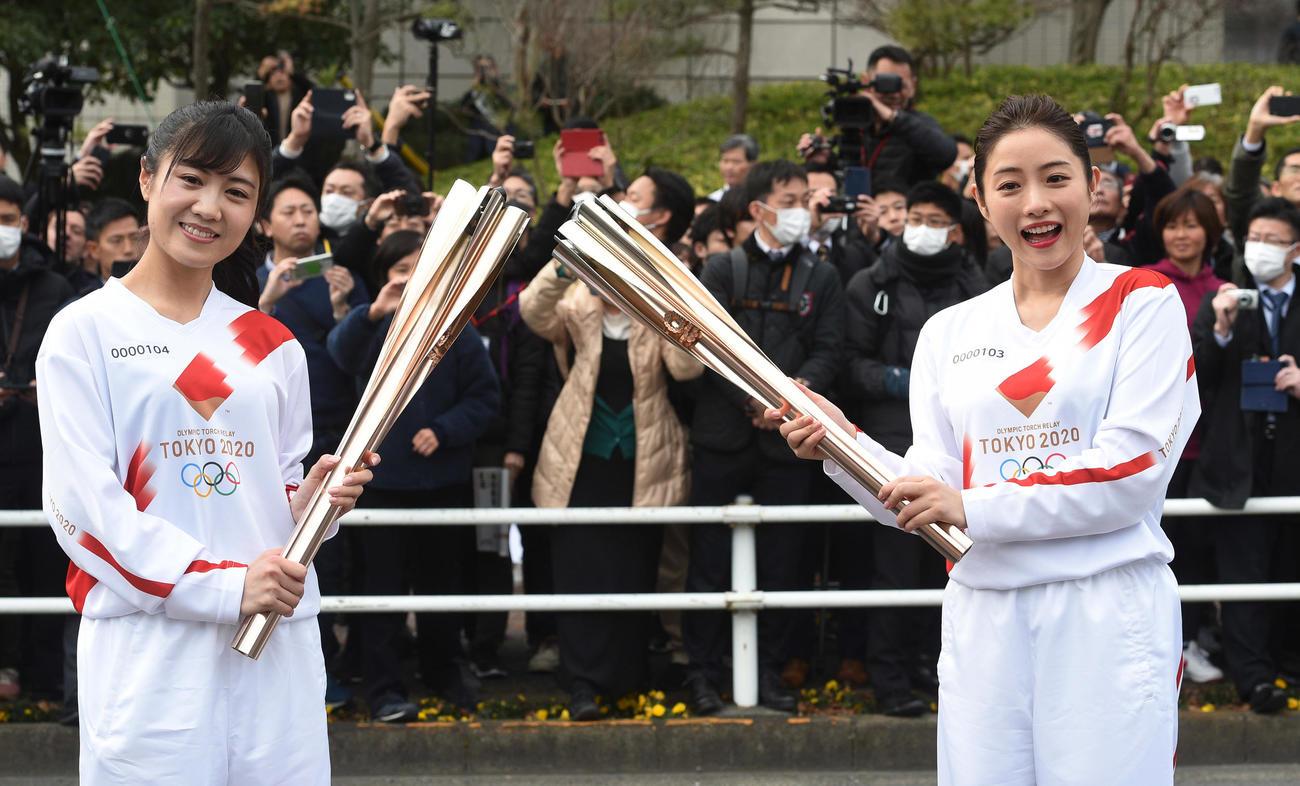 東京五輪の聖火リレーのリハーサルをする石原さとみ(右)は次走者にトーチキスする(撮影・柴田隆二)